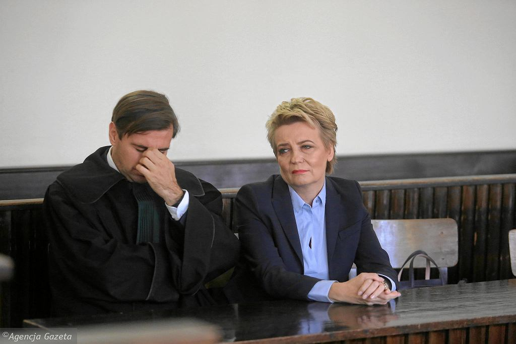 Hanna Zdanowska z adwokatem na sali rozpraw