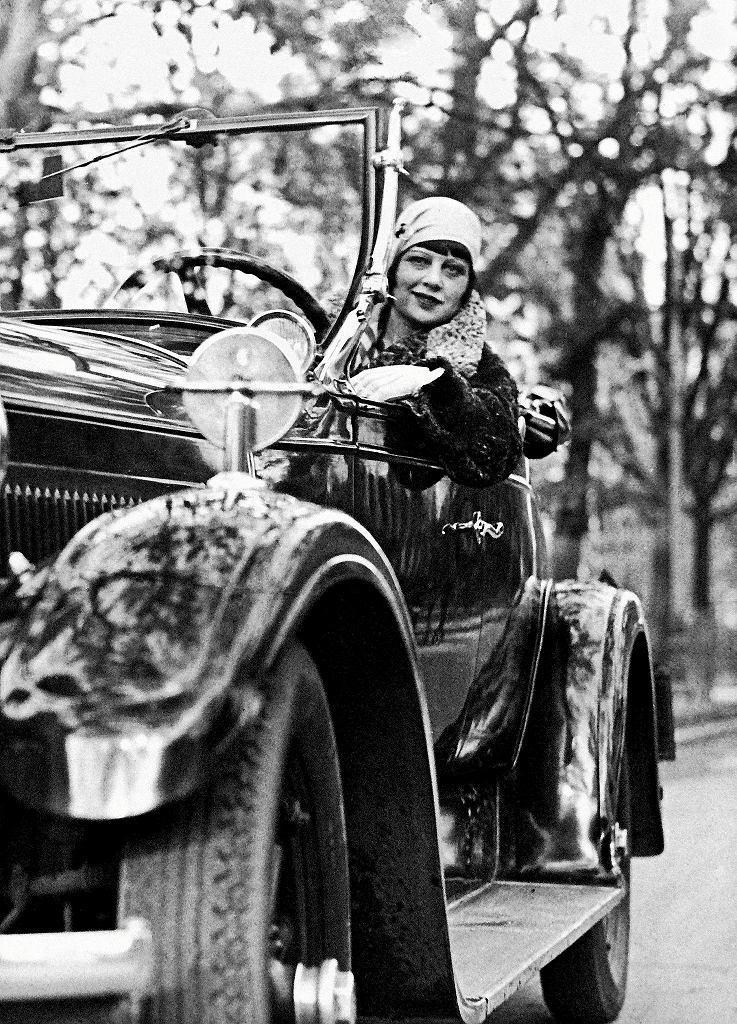 Zula Pogorzelska w swoim samochodzie. 'Odzyskana. Fotoreportaż z Warszawy 1918-1939' / KONCERN ILUSTROWANY KURIER CODZIENNY