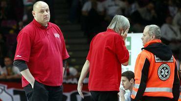 Z lewej trener Polonii Andrzej Kierlewicz, w środku jego asystent Adam Latos, który został trafiony rolką w twarz