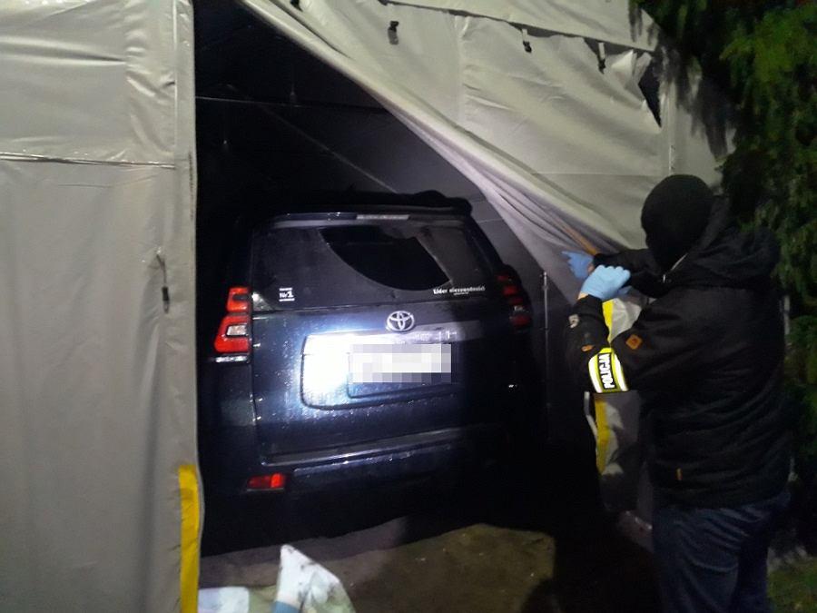 Policja natknęła się na samochodową 'dziuplę'. W środku była toyota warta 300 tys. złotych