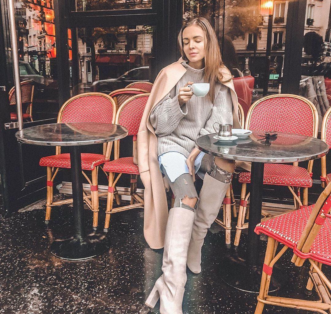 Ania Wendzikowska w pięknym płaszczu i stylowych kozakach
