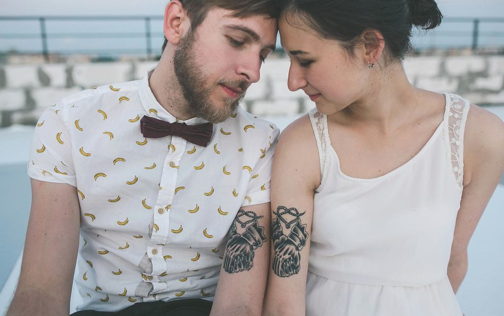 Tatuaże dla par to nie tylko obrączki i uzupełniające się symbole, to także motywy ważne dla pary