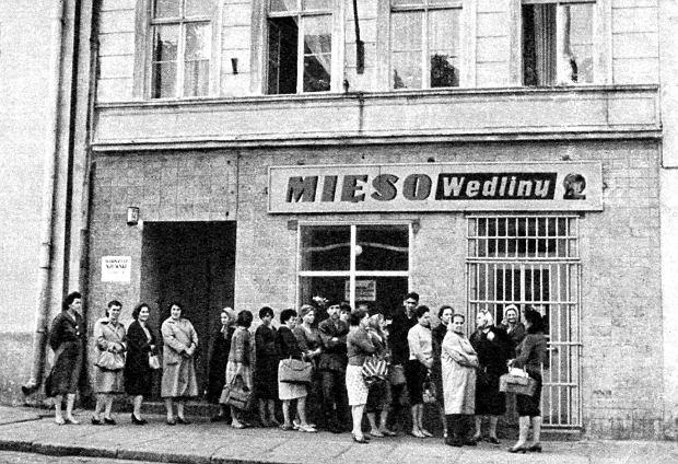 Kolejka pod sklepem mięsnym w 1947 r. Państwo przejęło system reglamentacji po wojnie, ale pod koniec lat 40. został on zniesiony, co miało wymiar propagandowy