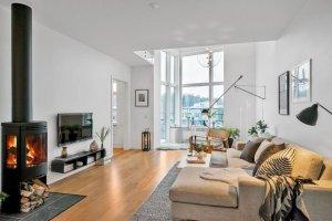 Wnętrza: dwupoziomowe mieszkanie całe w bieli