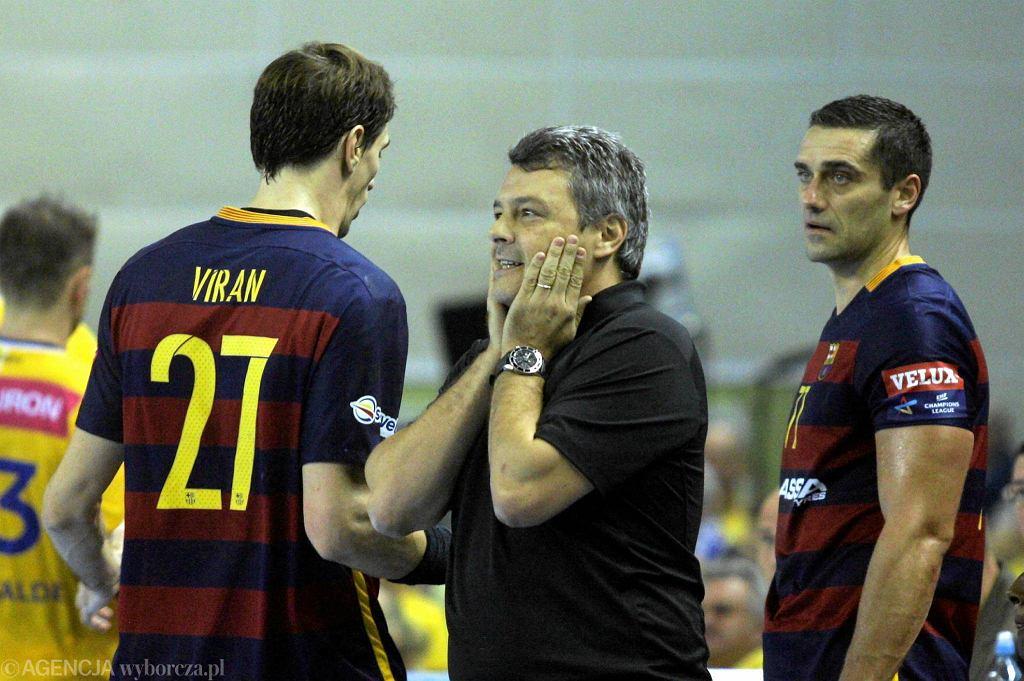 Od lewej: Viran Morros, trener Barcelony Xavi Pascual oraz Kiril Lazarov podczas meczu z Vive
