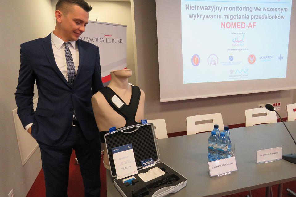 Inż. Artur Słupecki,  Project Manager z Comarch Healthcare prezentuje rejestrator używany w badaniach