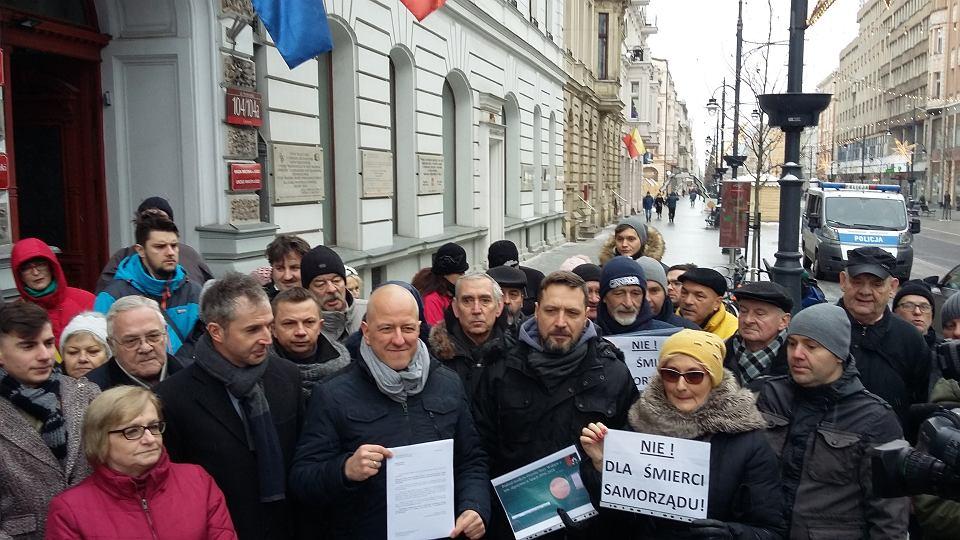 Konferencja radnych osiedlowych ws. decyzji radnych miasta o zabraniu im 25 mln zł na inwestycje