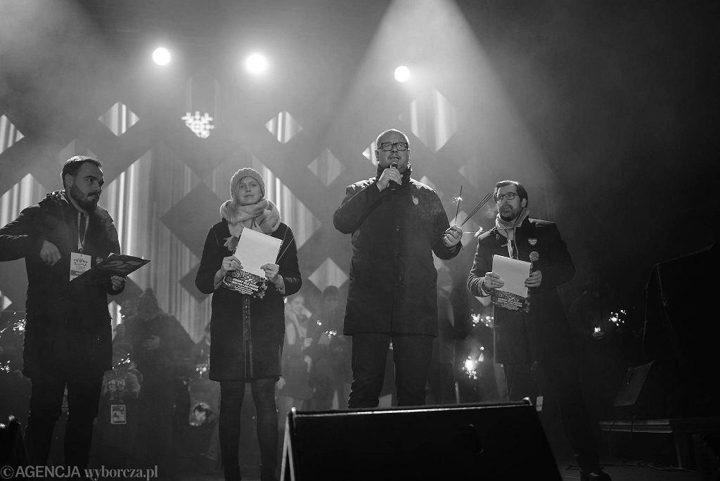 Paweł Adamowicz podczas finału Wielkiej Orkiestry Świątecznej Pomocy. Kilka chwil później morderca zadał śmiertelne ciosy. Gdańsk, 13 stycznia 2018
