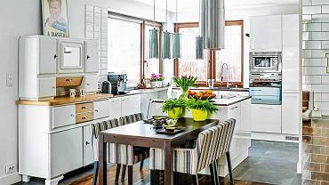 <B>Magda i Krzysztof mieli pomysł na urządzenie niektórych wnętrz w swoim nowym domu. Jednak zaprojektowanie parteru oddali w ręce architektów, którzy zaaranżowali ich poprzednie mieszkanie. Ufali im i byli spokojni o efekt. Również tym razem się nie zawiedli.</B> <BR />W kuchni w sąsiedztwie stołu  stanął kredens kupiony na internetowej aukcji. Jego odnowieniem zajął się gospodarz. Trzeba przyznać, że?świetnie mu to wyszło.