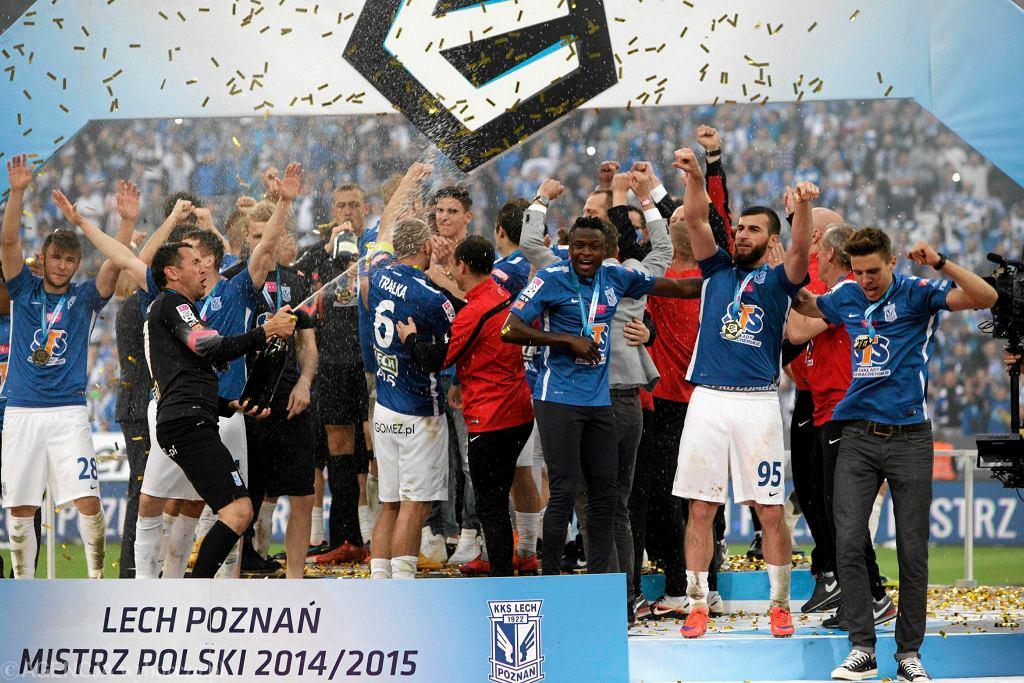 Piłkarze Lecha na podeście, na którym odebrali puchar za mistrzostwo Polski.