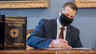 Przemysław Czarnek podczas podpisania decyzji o przyznaniu subwencji z MEN dla KUL na wydanie Powszechnej encyklopedii filozofii w wersji angielskiej.