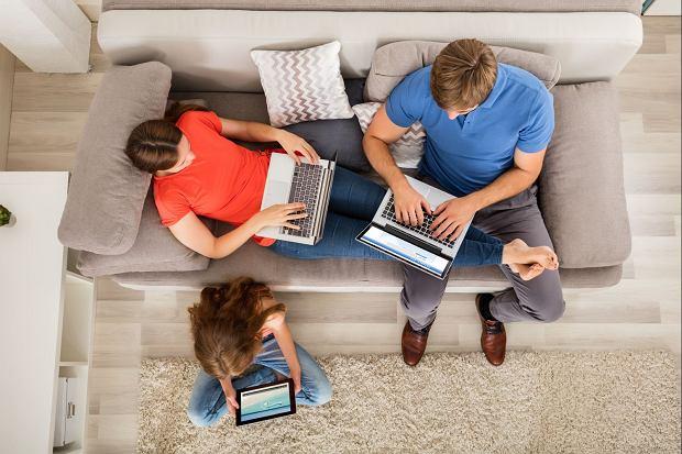 Nie chodzi o to, by izolować dziecko od internetu, tylko by opóźnić moment korzystania ze smartfona. On może mieć wiele funkcji i aplikacji, z których nie wszystkie są bezpieczne, a sprawowanie kontroli nad tym, jak dziecko z nich korzysta, jest bardzo trudne