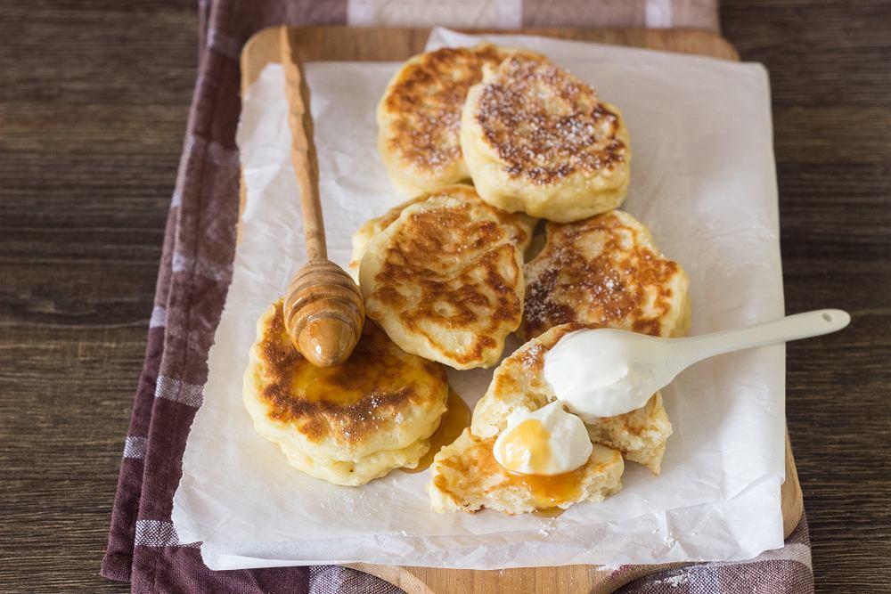 Racuchy to słodkie placuszki z mąki, jajek, mleka i drożdży.