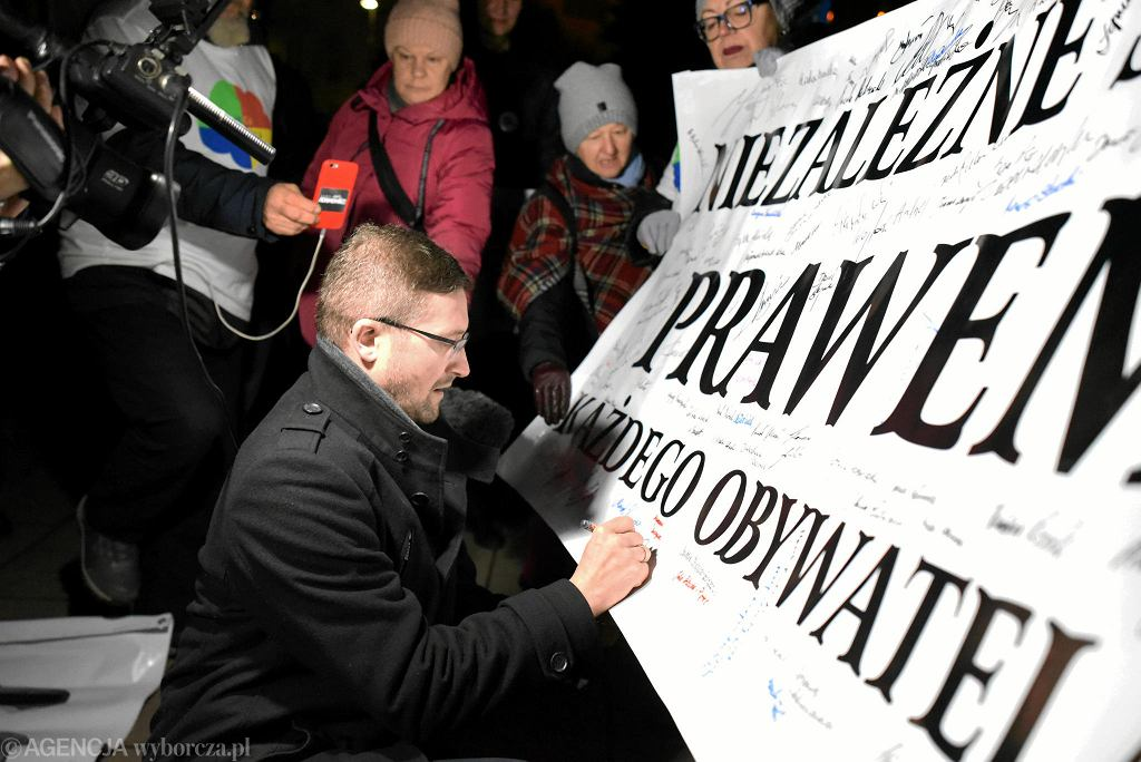 Sędzia Paweł Juszczyszyn podpisuje się na banerze w obronie niezależnych sądów. Są tam podpisy także innych polskich sędziów. 9 grudnia 2019 r.