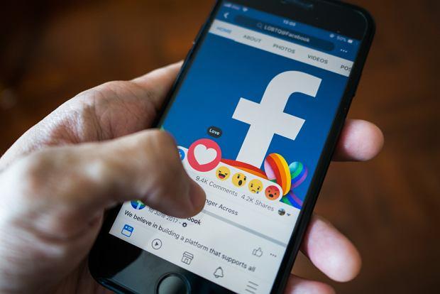Facebook próbuje przyciągać użytkowników za każdym razem, gdy ci spróbują odłożyć telefon (fot. Shutterstock)