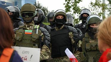 Białoruscy funkcjonariusze w Mińsku.
