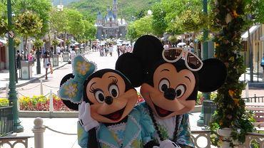 Myszki Miki i Minnie w parku rozrywki Disneya (zdjęcie ilustracyjne)