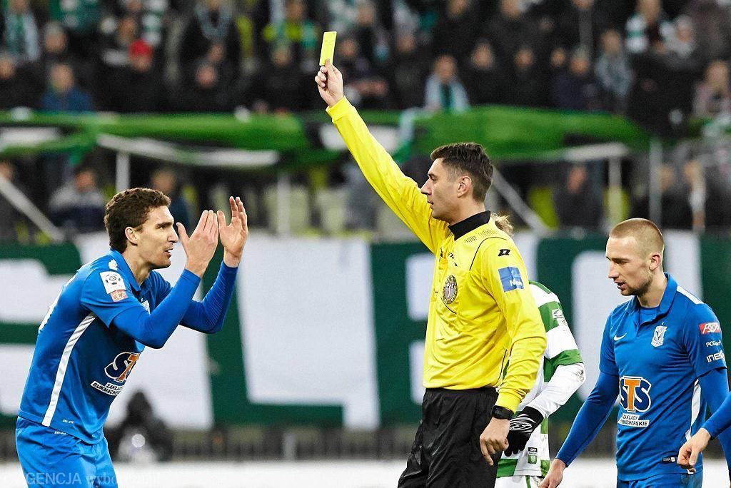Lechia Gdańsk - Lech Poznań 0:1. Marcin Kamiński i sędzia Krzysztof Jakubik