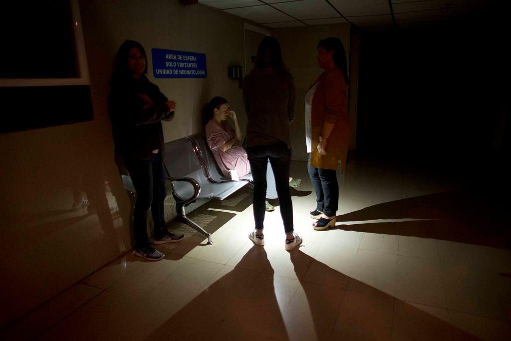 Brak prądu w Wenezueli. Matka z dziećmi czekają przed przychodnią