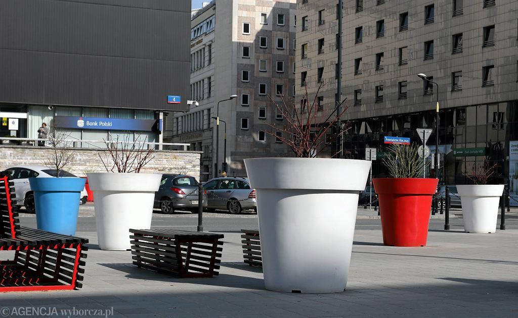 Plac Powstańców Warszawy po remoncie jest zastawiony dziesiątkami betonowych donic, z których sterczą rachityczne roślinki.