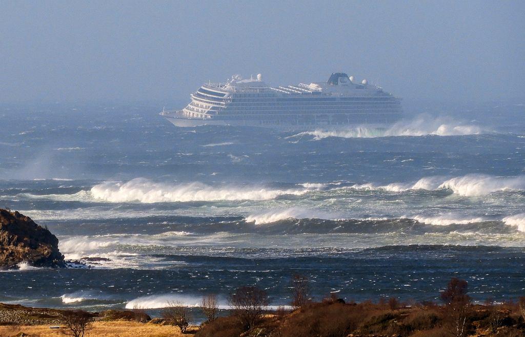 Viking Sky wysłał SOS. Wielka akcja w Norwegii, 1300 pasażerów statku do ewakuacji