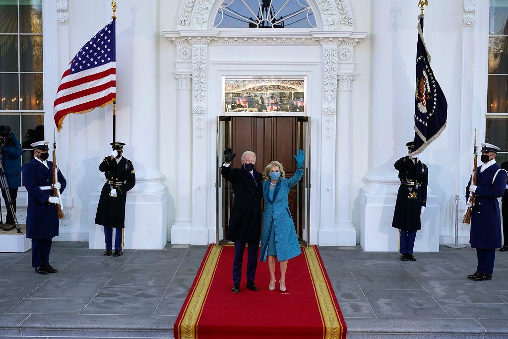 Joe Biden z żoną Jill po przybyciu do Białego Domu