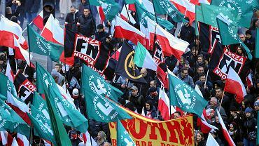 Marsz Niepodległości 2018 w Warszawie. Uczestnicy z flagami ONR i włoskiej organizacji Forza Nuova