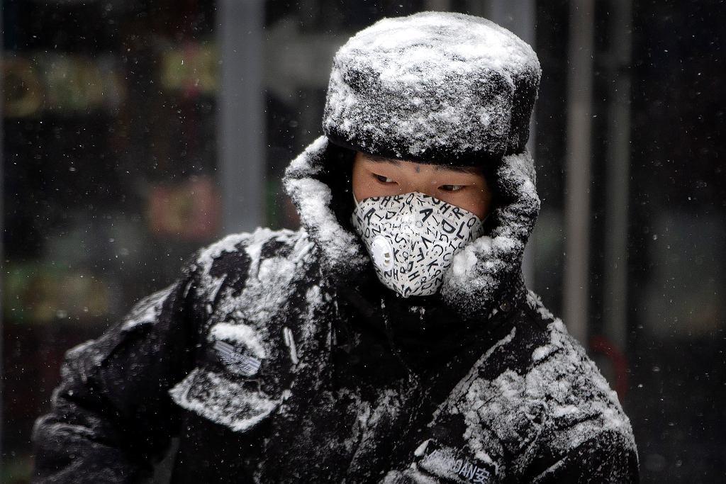 Ochroniarz w Pekinie w masce