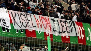 Transparent uderzający w 17-letniego piłkarza Jakuba Kisiela