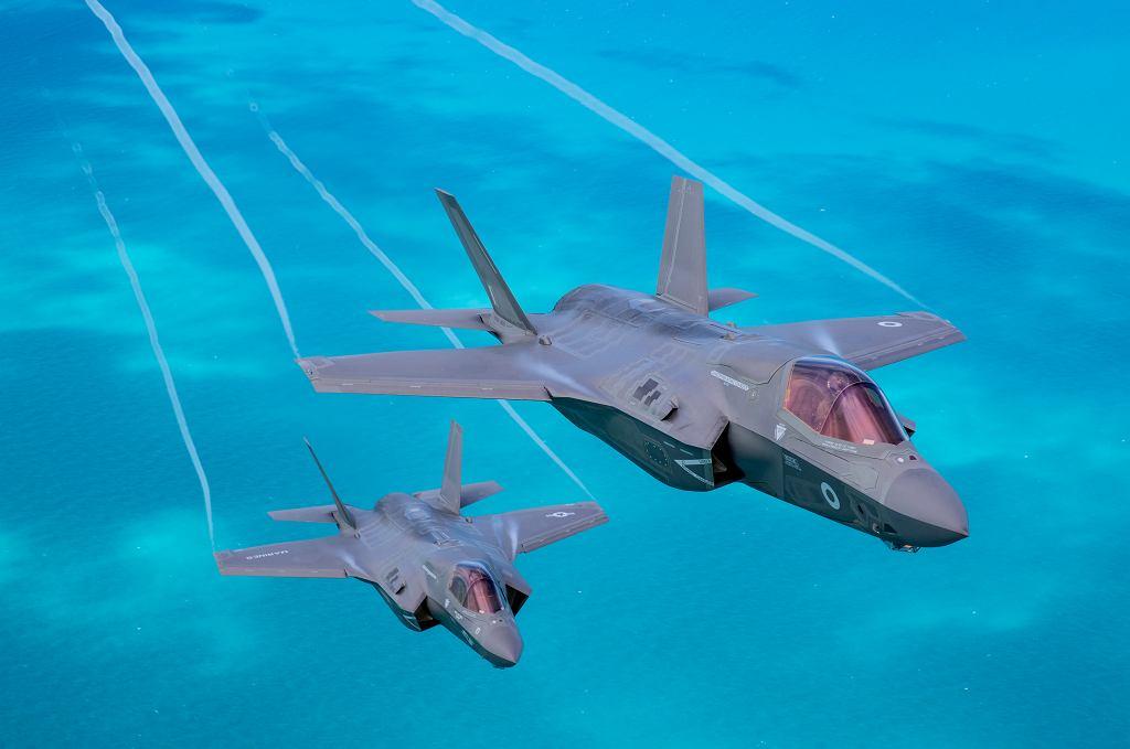 Dwa F-35 w wersji B, amerykański i australijski. Wersja B może startować i lądować pionowo