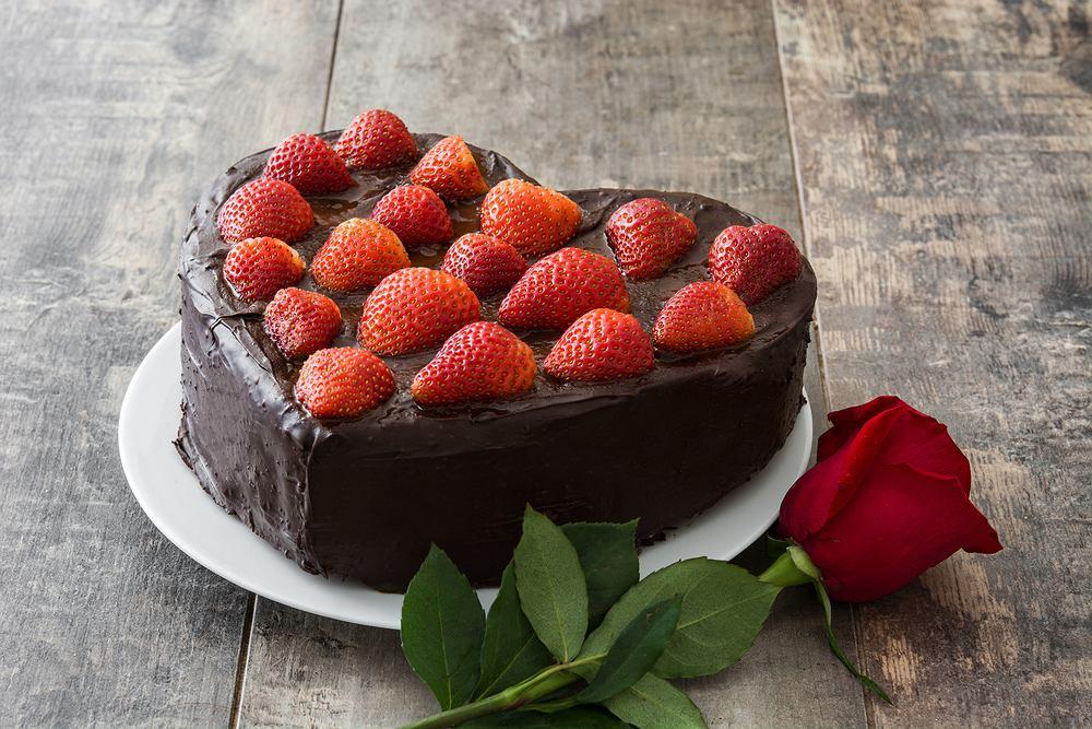 Tort walentynkowy w kształcie serca to świetny pomysł na deser w dniu zakochanych. Zdjęcie ilustracyjne