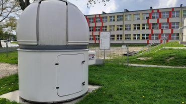Na dziedzińcu przy Szkole Podstawowej nr 9 na placu zabaw stoi także obserwatorium astronomiczne