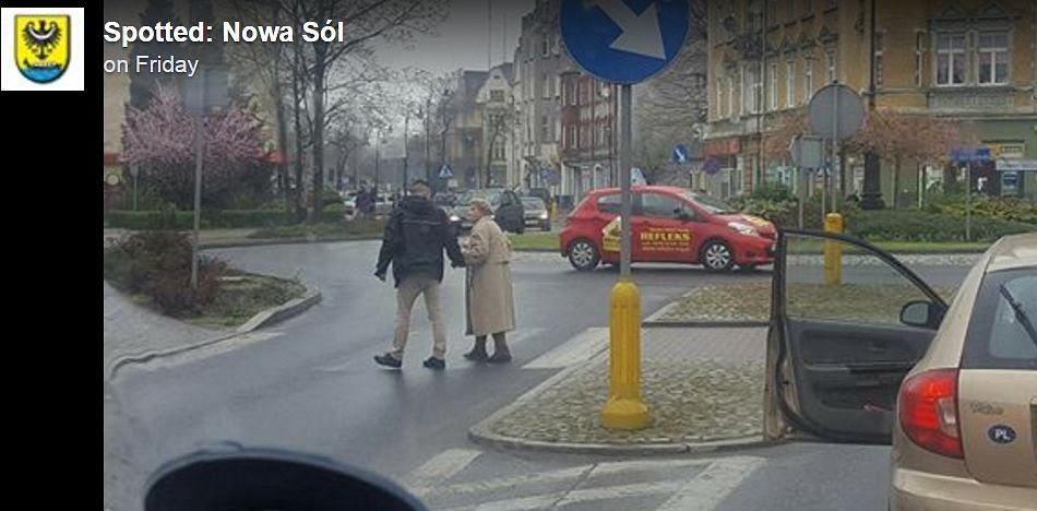 Kierowca przeprowadził kobietę na druga stronę ulicy