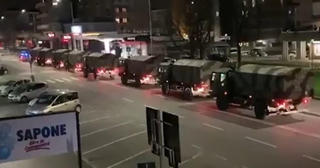 Wojskowe ciężarówki przewożą trumny z ciałami ofiar koronawirusa w Bergamo.