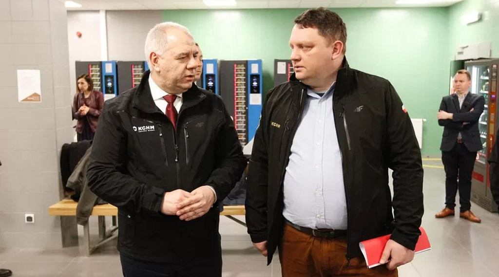 Wicepremier i minister aktywów państwowych Jacek Sasin oraz szef KGHM Marcin Chludziński
