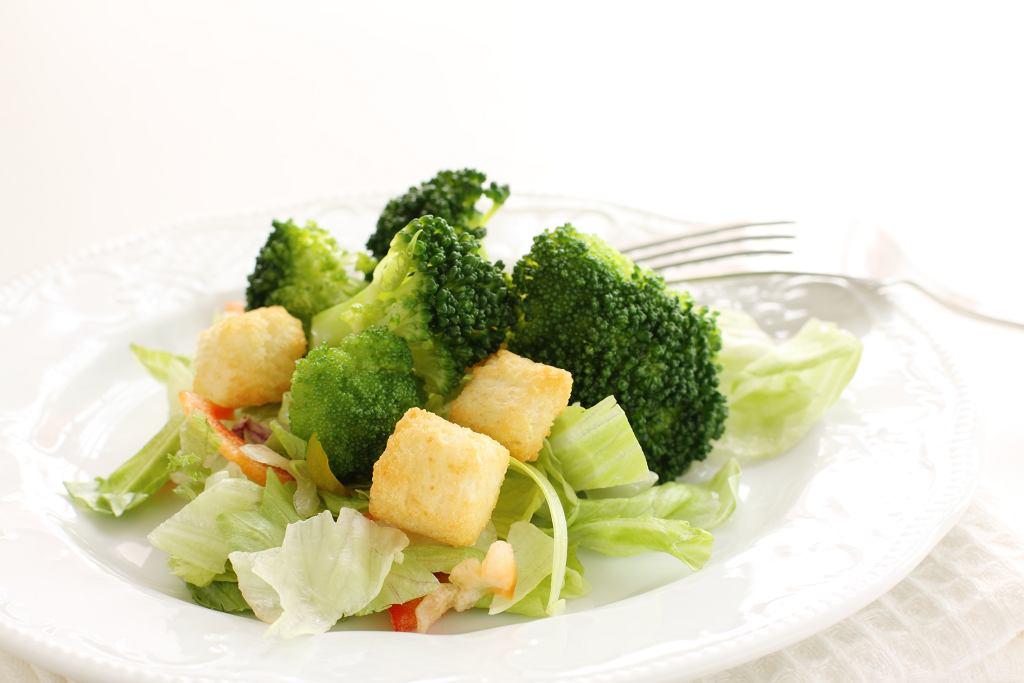 Sałatka z brokułami i grzankami