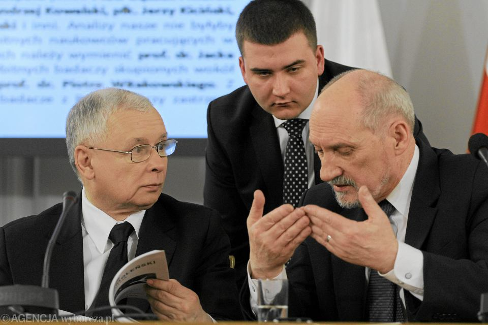 Bartłomiej Misiewicz zostanie zawieszony w prawach członka PiS. Jego wpadki zbada też specjalna partyjna komisja. Zapowiedział to dziś prezes Prawa i Sprawiedliwości Jarosław Kaczyński.