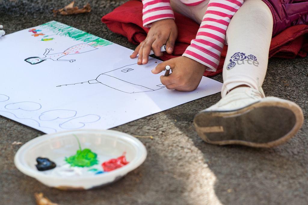 Praca plastyczna to świetna okazja do wspólnej zabawy, wspierająca rozwój dziecka