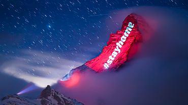 Napis 'zostań w domu' na Matterhorn