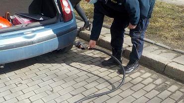 Odjechała ze stacji z urwanym wężem od LPG
