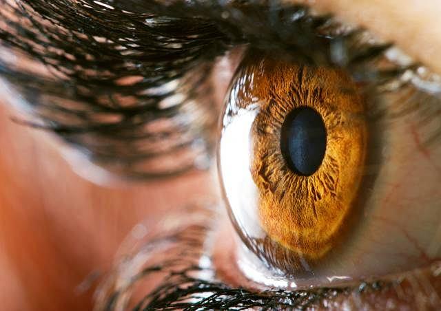 Światłowstręt, ból oka oraz zamglone widzenie to najczęstsze objawy zapalenia tęczówki i ciała rzęskowego