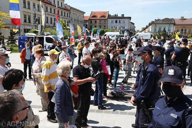 200 osób w gęstym tłumie czekało na prezydenta Dudę w Wadowicach