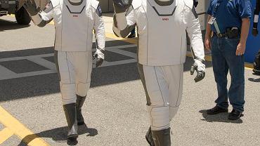 Astronauci NASA Douglas Hurley, (z lewej) i Robert Behnken w nowych skafandrach SpaceX.