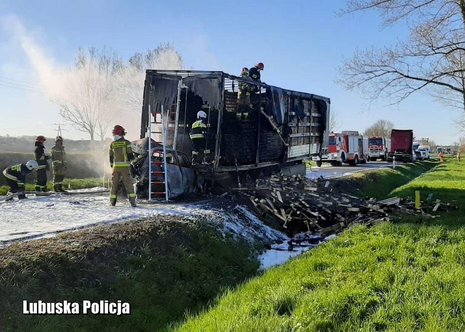 Karambol i pożar samochodu na drodze Słubice-Kostrzyn nad Odrą, 26 kwietnia 2021 r.