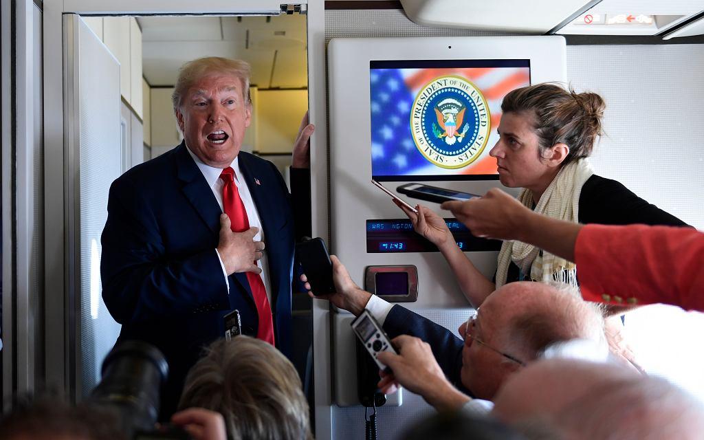 Prezydent USA Donald Trump na pokładzie Air Force One podczas rozmów z dziennikarzami..