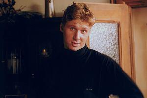 Andrzej Nejman ma już 41 lat. Od czasu, kiedy widzieliśmy go w serialu Złotopolscy, w którym wcielił się w postać Waldka Złotopolskiego, minęło już niemal 20 lat. Zobaczcie, jak się zmienił.