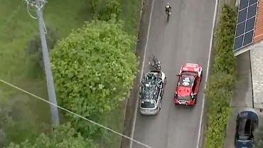 Wypadek na trasie Giro d'Italia. Kolarz został potrącony przez samochód [WIDEO]