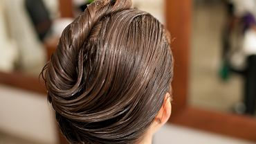 8Hairdresser,Making,Hair,Treatment,To,A,Customer,In,Salon