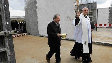 Bilcza, 7 października 2016. Uroczystość wmurowania kamienia węgielnego pod budowę fabryki Dafi Pro. Ojciec Zygfryd Wiecha (po prawej).