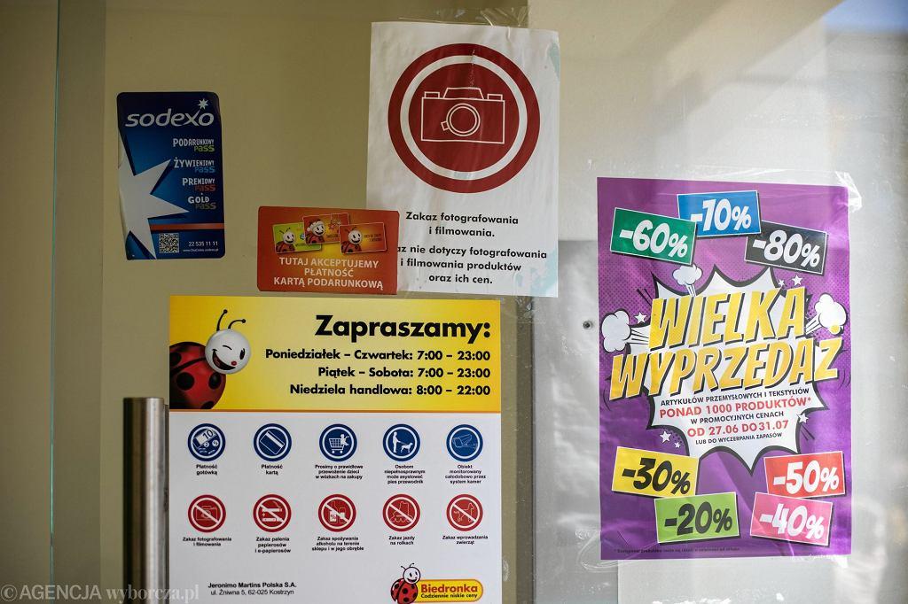 Klientka oburzona tym, że w Biedronce w Bydgoszczy dziecko w butach jeździło w wózku na zakupy. Jest komentarz przedstawicieli sklepu